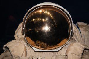 Zwischen Erde und Mond suchen die Kosmonauten Jana und Pit Holland nach Lösungen für die Probleme der Raumfahrt.